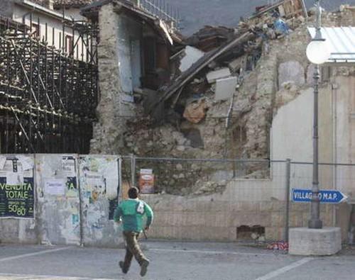 L'AQUILA - Terremoto e ricostruzione Proteste davanti la sede della Regione Sit-in del movimento inquilini Abruzzo. IL MESSAGGERO (18/09/2012). by Martin G. Conde