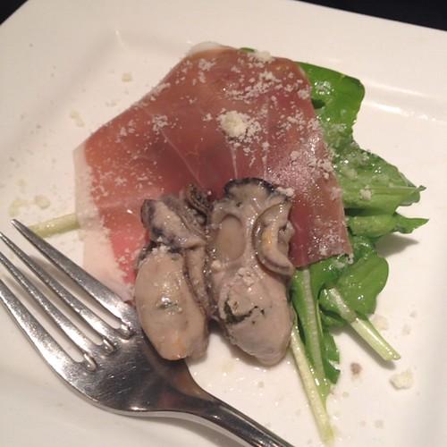 燻製牡蠣と生ハム、ルッコラのサラダ仕立て トリュフの香り
