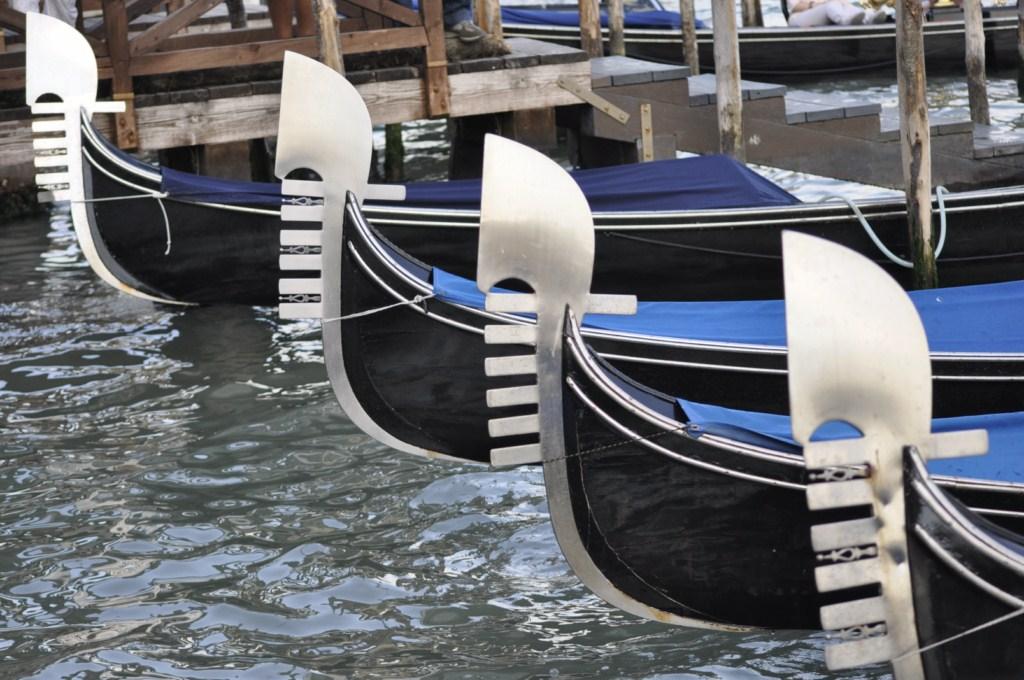 Góndolas estacionadas juntas ... cientos de ellas abarrotan Venecia, un negocio abusivo en precio pero muy rentable.