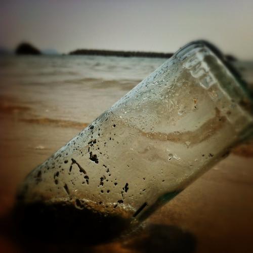 砂浜にささる