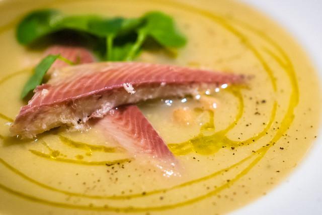 Zijdezachte soep van venkel en kikkererwten met gerookte vis