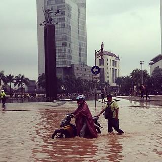 #monumen #selamatdatang #thamrin #thamrinriver #statue #patung #jktbanjir #jakarta #indonesia #iphonesia #flood #public #igers #itouch