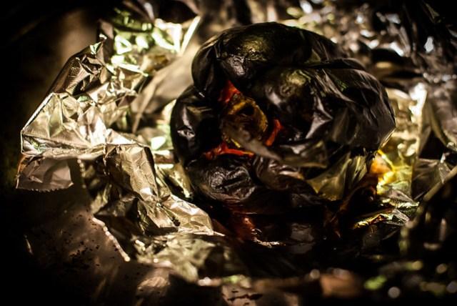 Salade van gegrilde paprika, rucola en geroosterde amandel: eerst de paprika's blakeren in de oven
