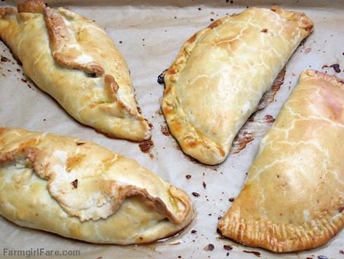 Dos formas diferentes de dar forma empanadas de Cornualles - Inglés FarmgirlFare.com