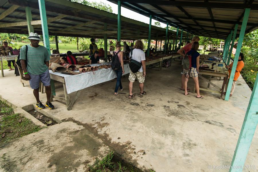 торговые ряды в деревне по пути в winds cave