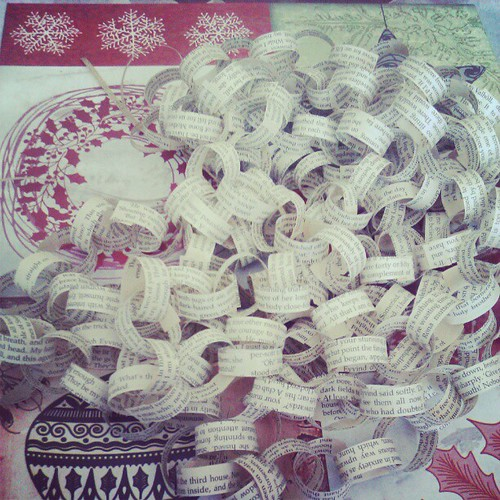 Paper chain to dress the tree. #makingchristmasdecorations