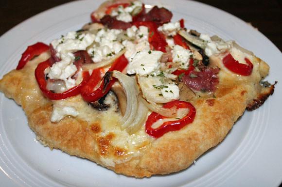 Scones-Pizza mit Schafskäse