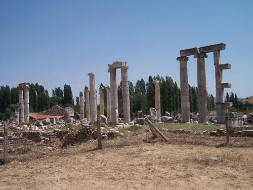El templo de Afrodita es y sigue siendo el punto principal del sitio, pero el carácter del edificio se alteró cuando se convirtió en una basílica cristiana. Los escultores de Afrodisias eran célebres y la escuela de escultura de la ciudad produjo bastantes obras, muchas de las cuales todavía se pueden apreciar en el sitio y en el museo de la ciudad. Aphrodisias y la diosa griega del amor - 8272947510 d19041b852 - Aphrodisias y la diosa griega del amor