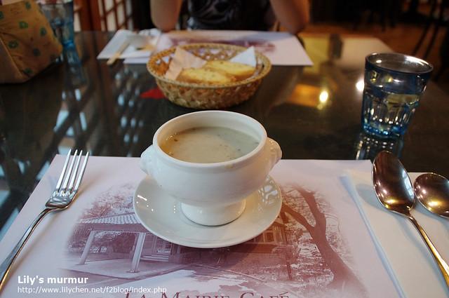 尼的濃湯,他覺得還不錯,我有點不確定是不是奶油蘑菇濃湯。