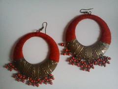 pendientes de metal con aplicaciones de de lana en color naranja