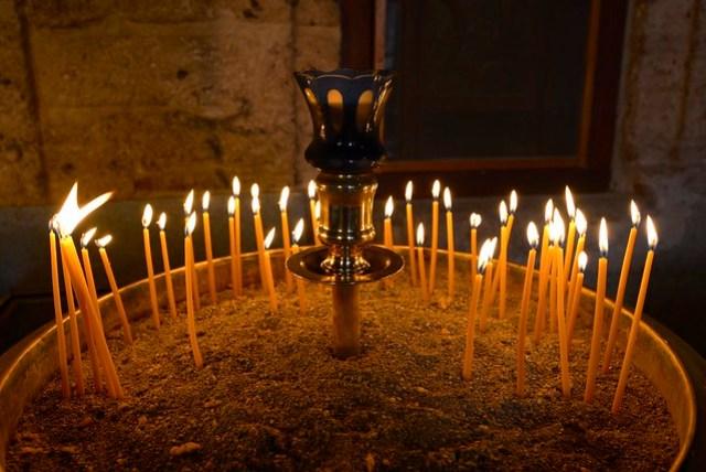 各個修道院的教堂外部通常都會有點蠟燭奉獻的地方,許多來參觀的基督徒/天主教徒/東正教徒都會奉獻一些零錢,然後點上蠟燭祈福,與我們上香燒金紙的方式頗為類似。圖為 Great Meteoron 修道院的點燭台。