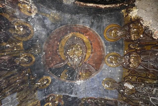 按照 Göreme Open Air Museum 裡的蛇教堂,應該可以在壁畫中找到一些「蛇」的蹤跡,尤其在畫像腳下的位置,不過遍尋不著,頂多一處有條紋狀的痕跡。抬頭望向屋頂,反而覺得難得可以有保存這麼好的畫像,這些教堂畫像幾乎都被猴死囝仔刻字畫畫去了,尤其神像的臉很多都被破壞,導遊說:沒有臉,看起來就不是個人了。