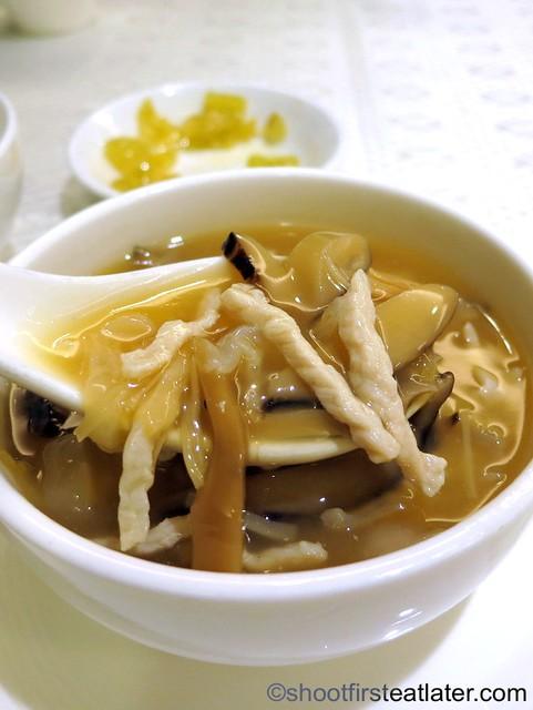 braised shredded pork & mushroom soup with fish maw HK$68