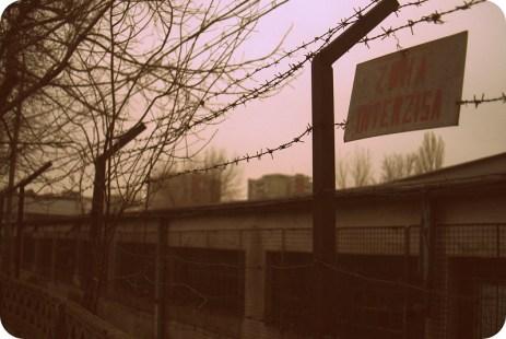 Gardul care împrejmuia fabrica