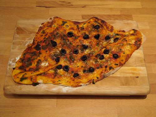 Pizza mit schwarzen Oliven und Anchovis