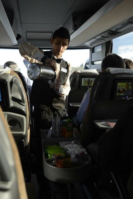 土耳其的客運競爭激烈,或許是某家業者首先推出比照機上餐飲的服務後,現在似乎都成了 routine,上車後過一會兒,車掌小弟便會推著推車詢問,可選擇飲料和點心,每位乘客都引頸期盼,甚是特殊的文化。