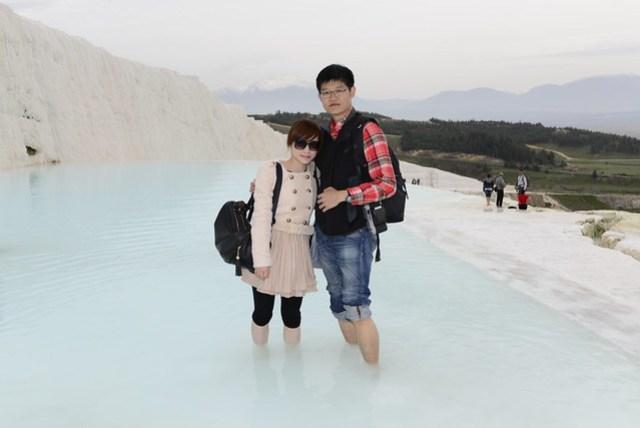 為避免破壞此處地形,遊客皆須脫去鞋襪赤足進入,平時沒有踩健康步道習慣,走起來頗為艱難。登上小丘的途中,可以發現多股冷熱不同的泉水湧出,凜冽的空氣,踩著溫暖的泉水,會有一種幸福的感覺。