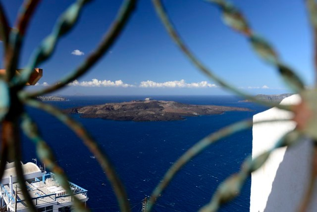 今天的重點行程便是火山島半日遊(淡季沒有一日遊的團),11:00 從 Fira 舊港出發,登上火山島,自由活動約 1 小時,後繞至 Palea Kameni 島,此處有一海底溫泉,船會在距離岸邊 100-200 公尺遠的地方下錨,乘客自行下水遊往岸邊的溫泉,停留半小時後啟程返回聖島。每人 15 EUR。登島需另付 2 EUR 登島費,但淡季也沒人在收。