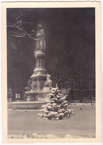 bolzano - neve sul monumento walter