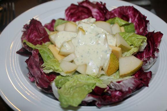 Käse und Birne auf Salat