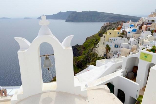 腦中對於希臘愛琴海小島的想像似乎都來自於聖托里尼 (Santorini) 這個小島,即使現在非旅遊旺季,小島旅遊有諸多不便,但仍然把時間排出來給這個以觀光為主的島嶼。當初在訂交通工具時,因查不到船班的資料,加上又有特價機票,所以改以空中交通進行。實際探訪的結果,其實每天都還是有兩班左右的輪船,從雅典出發,航行時間約六個多鐘頭。圖為伊亞 (Oia) 景觀。