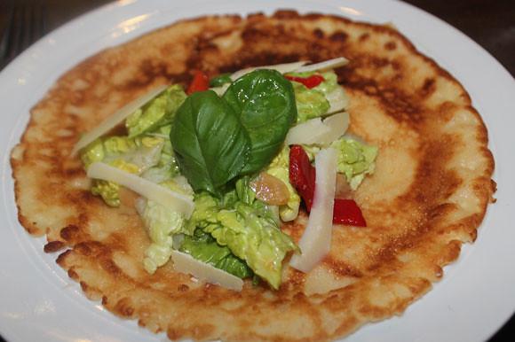 Pfannkuchen mit Salatbouquet