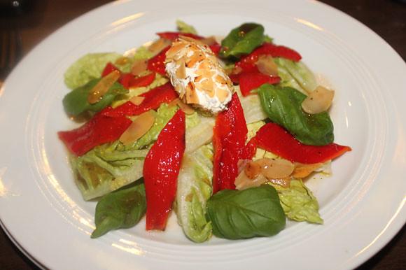 Paprika auf Salatbett mit Mandel-Frischkäsenocke
