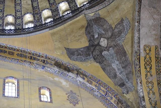 聖索菲亞教堂是另一個充滿觀光客的景點,完全感受不到旅遊淡季所帶來的衝擊。雖然內部有部分正在進行整修,但其宏偉壯觀依舊不減。登上四五層樓高的大理石階梯,感受歐洲與中式建築發展的迥然不同。