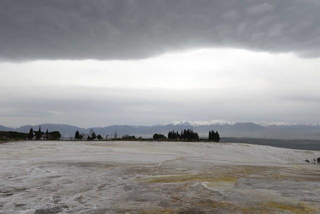 氣象詭譎,上午尚且晴朗,下午便籠罩厚重的烏雲,與下方的石灰棚,將遠方雪山夾成三明治的模樣。