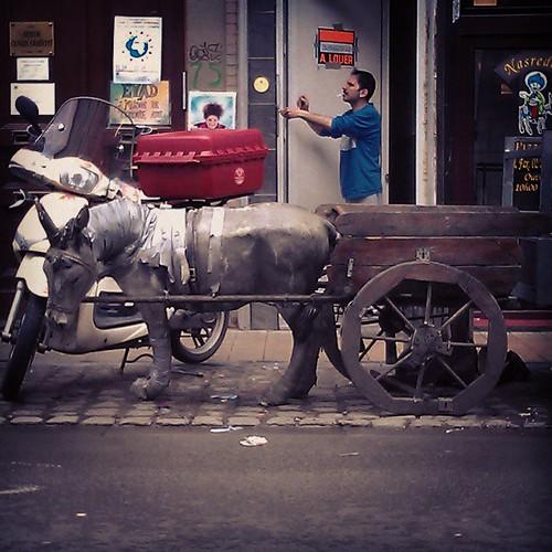 nasreddin hoca vespaya terfi etti... #brussels #vespa #street