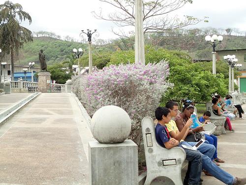 CANTV WIFI para todos Jóvenes conectados con sus Canaimas en la plaza Bolívar de Tunapuy copia