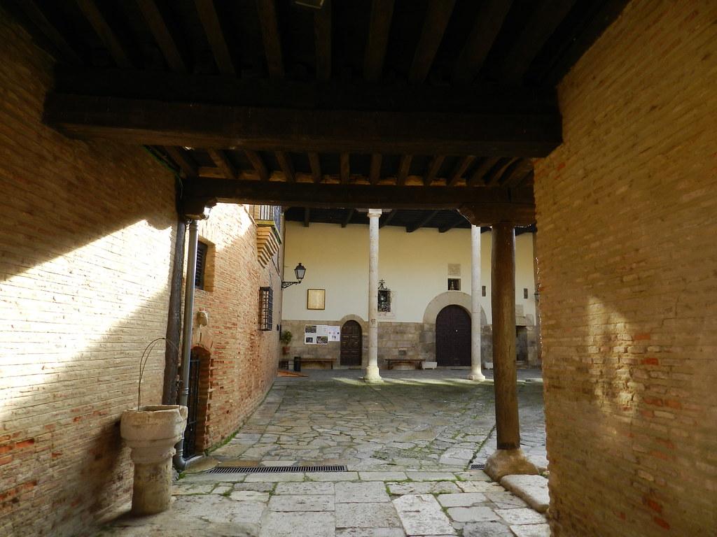 patio exterior Real Monasterio de Santa Clara Carrión de los Condes Palencia  05