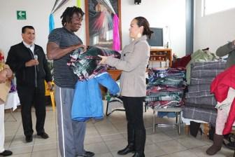 Gobierno Municipal de SLP extiende su mano a migrantes al entregar ropa y cobijas