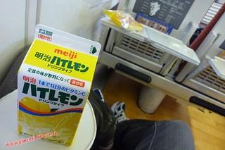 P1060537 Desayunando algo de limon en el Limited express Sonic (Fukuoka-Beppu) 13-07-2010
