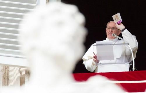 El papa Francisco ayer domingo en la Plaza de San Pedro. Foto Ap