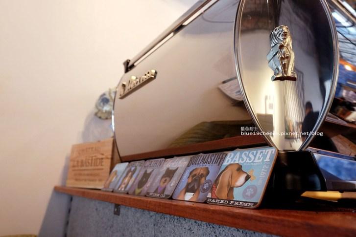 29485411211 93c67c2703 c - 民生咖啡People&Life.Cafe-復古氛圍老屋咖啡館.加入許多老傢私元素.展區牆.餅乾吐司咖啡香.近向上國中