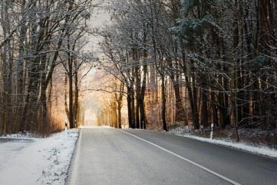 Landstraße im Schnee