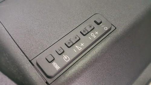ในกรณีไม่มีรีโมทคอนโทรล ก็ใช้ปุ่มกดตรงด้านหลังของจอได้