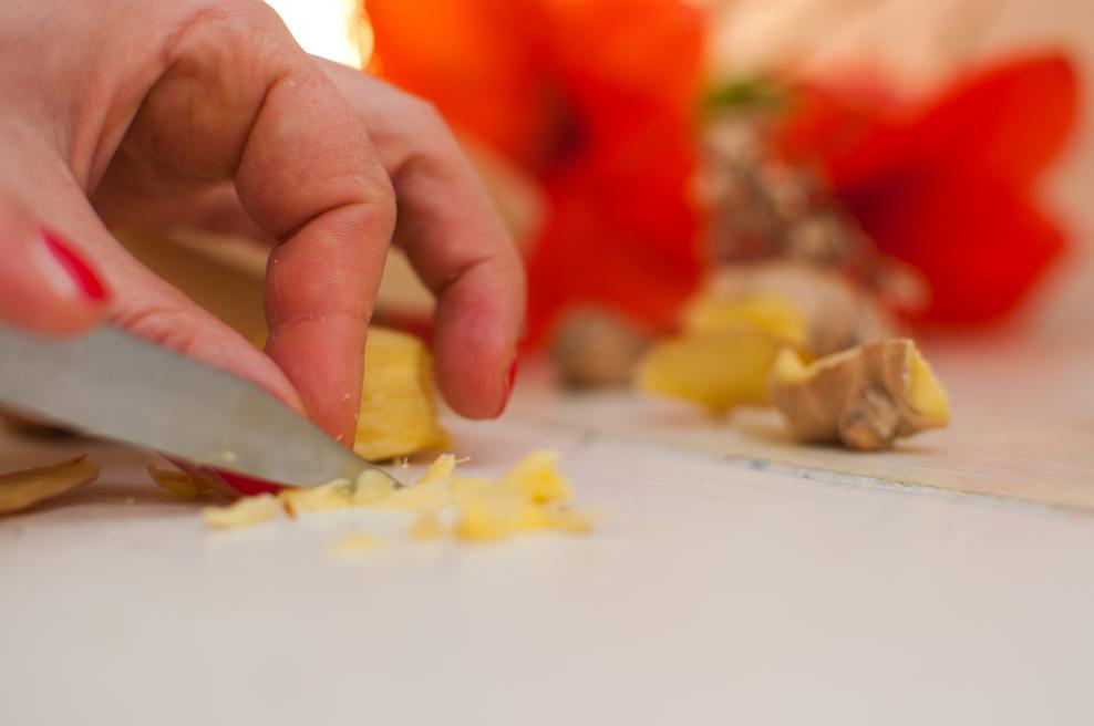 Ingwer klein hacken. Auch Karotten und eventuell in ein wenig Zitronengras