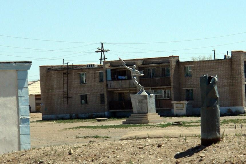 Monumento al Cosmonaura Mongol en Choyr El infierno de cruzar el desierto de Gobi - 16105989473 e007e75fcb b - El infierno de cruzar el desierto de Gobi