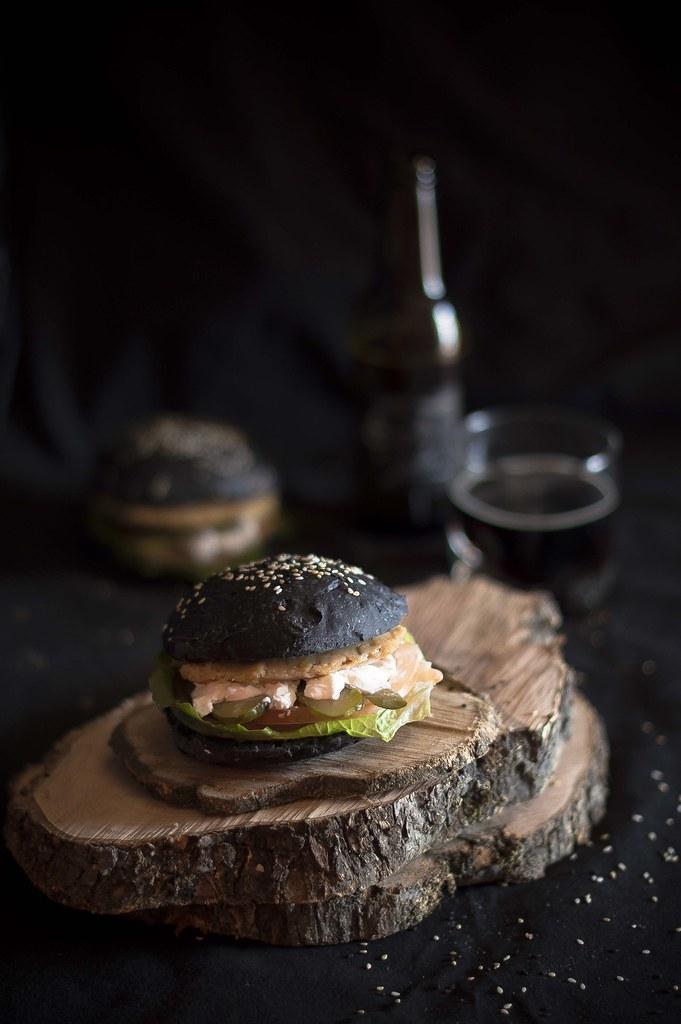 Panecillos de hamburguesa de pan negro (tinta de calamar)