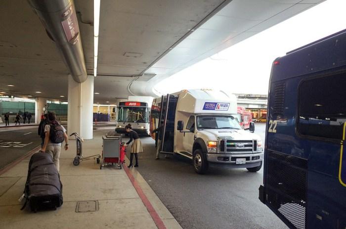 【洛杉磯機場】一輛一輛的接駁巴士開來,可見這個行業的商業規模的確不小