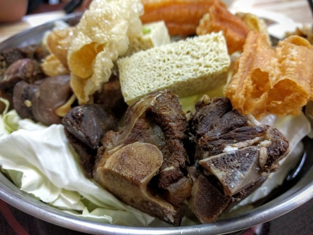 羊肉的肉質頗軟的,肉也頗多的,湯頭淡淡的還蠻好喝低