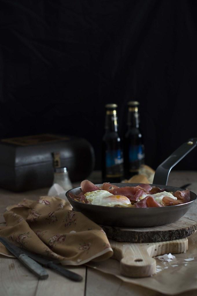 Sartén de huevos rotos con patatas y jamón
