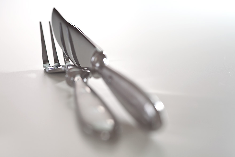 Foto gratis de un tenedor y un cuchillo de plata