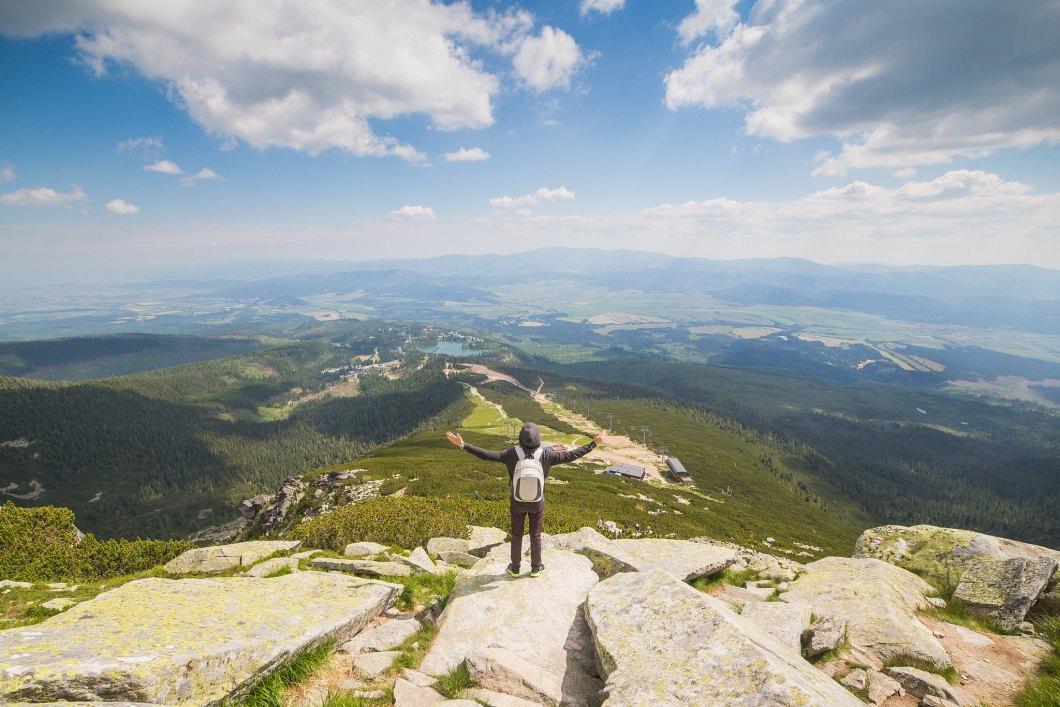 Imagen gratis de un hombre saludando a la naturaleza