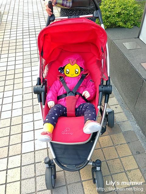 小妮在推車裡時,幾乎都很舒服的樣子,以前還被我拿來當安撫搖籃過。