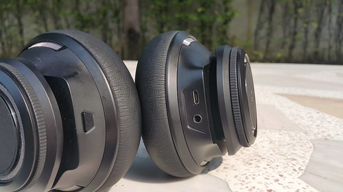 ช่องเสียบหูฟังและพอร์ต Micro USB และปุ่ม Mute บนหูฟังแต่ละข้าง