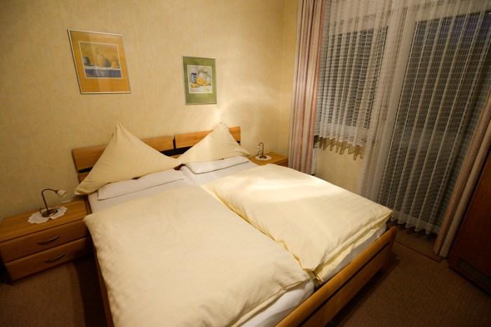 【拼起來的雙人床】好像德國的雙人床都是這麼做的