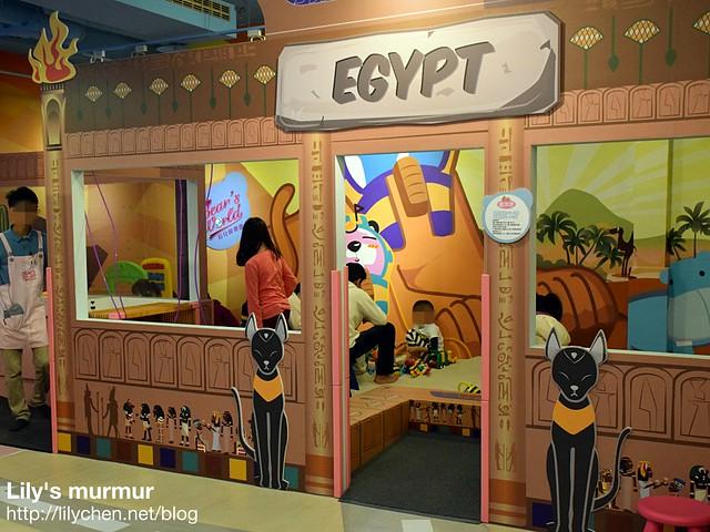 這就是可以玩沙的埃及館。其實門口有設備可以快速把小朋友身上的沙吹乾淨。